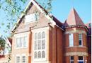 語学学校が多く、短期・長期留学、ジュニアコース、サマーコースなどコースの選択肢が充実